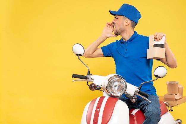 黄色の仕事の配達色のジョブバイクの制服サービスワーカーにコーヒーと青い制服の正面図男性宅配便