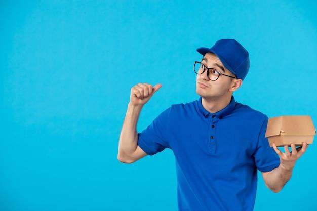 Курьер-мужчина, вид спереди в синей форме с маленьким пакетом еды синего цвета