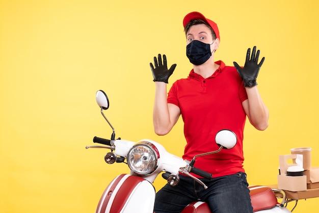 赤い制服を着た正面の男性宅配便と黄色のマスク