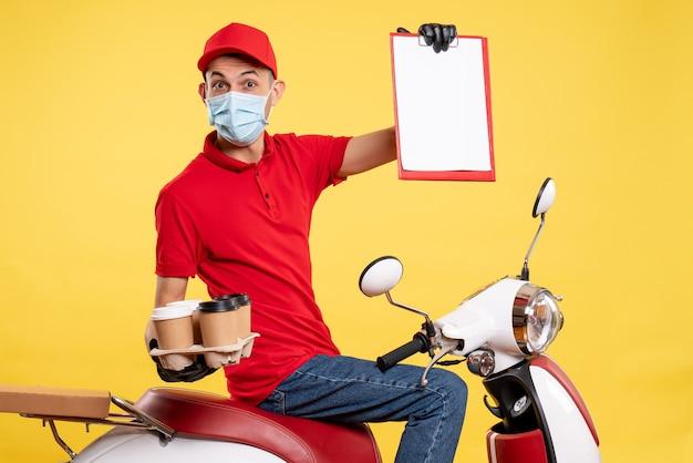 노란색 작업 대유행 배달 서비스 색상 covid-work 음식에 커피와 함께 빨간색 유니폼과 마스크의 전면보기 남성 택배