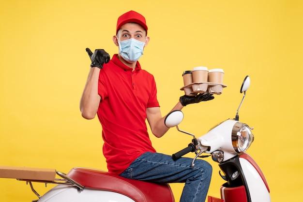 빨간색 유니폼과 노란색 작업 대유행 배달 covid-work 음식 서비스에 커피와 함께 마스크에 전면보기 남성 택배