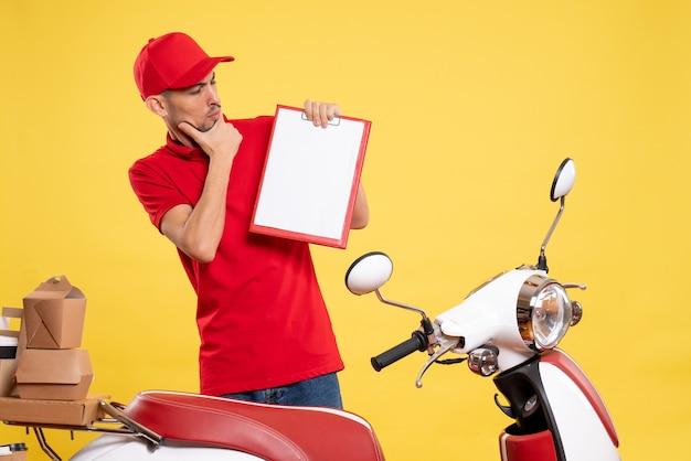 노란색 작업 배달 색상 작업 자전거 서비스 노동자에 빨간색 제복을 입은 전면보기 남성 택배
