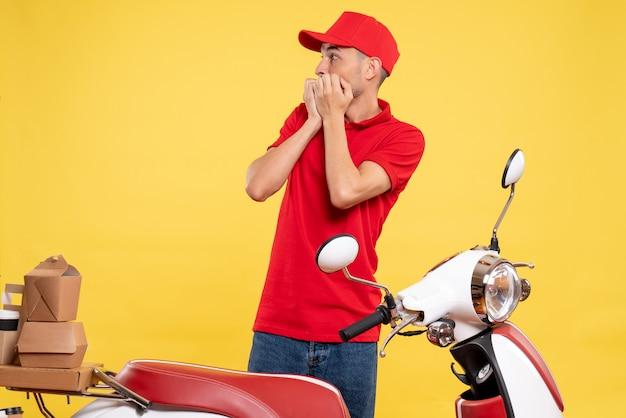 노란색 배달 색상 작업 유니폼 서비스 작업자 자전거 작업에 무서워 빨간색 제복을 입은 전면보기 남성 택배