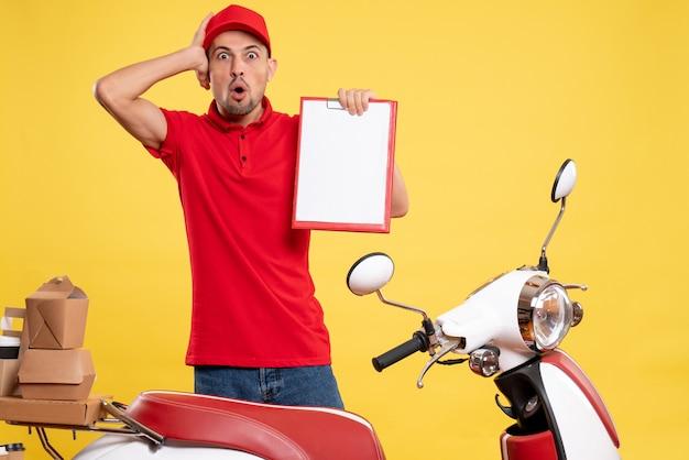 노란색 배달 색상 작업 유니폼 서비스 작업자 자전거 작업에 놀란 빨간 유니폼에 전면보기 남성 택배