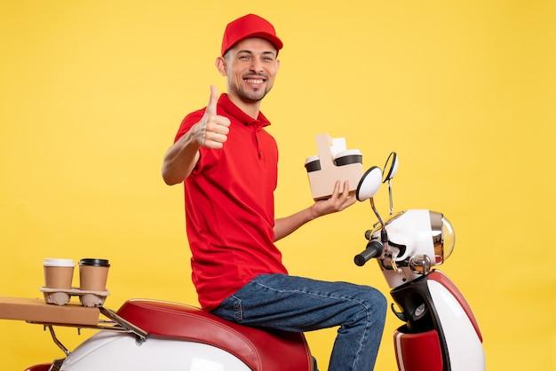 노란색 서비스 색상 유니폼 작업 작업 배달 작업자 자전거에 커피와 함께 빨간색 유니폼 전면보기 남성 택배