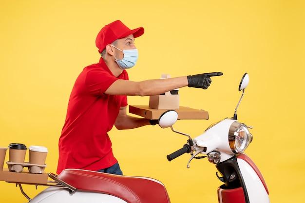 노란색 작업 서비스 유행성 covid- 균일 한 바이러스 색상에 음식 상자와 커피와 빨간색 유니폼 전면보기 남성 택배