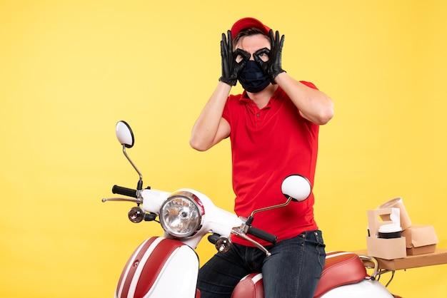 制服を着た正面の男性宅配便と黄色のマスク