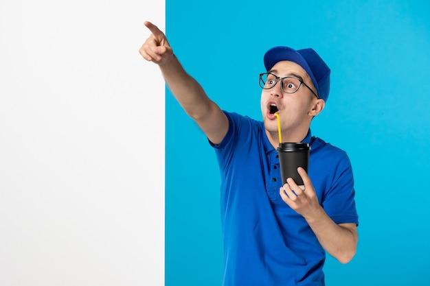 파란색 유니폼 마시는 커피에 전면보기 남성 택배
