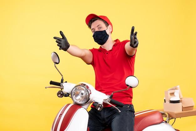 制服の手袋と黄色のマスクの正面男性宅配便
