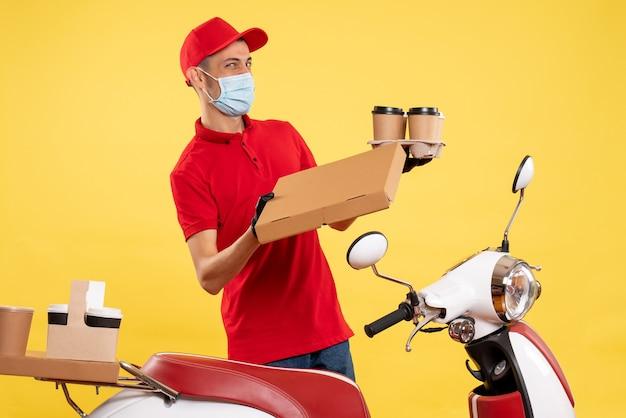 노란색 대유행 서비스 작업 covid 유니폼 작업 바이러스에 커피와 음식 상자와 제복을 입은 전면보기 남성 택배