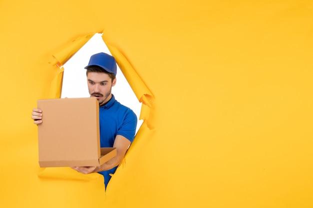 黄色のスペースにピザボックスを開く正面図男性宅配便