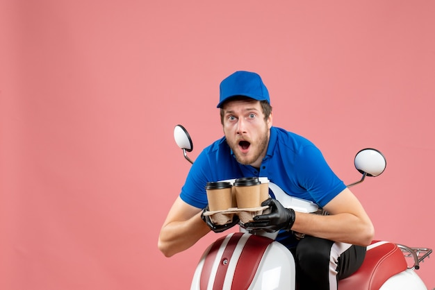 자전거에 앉아 핑크에 커피 컵을 들고 전면보기 남성 택배
