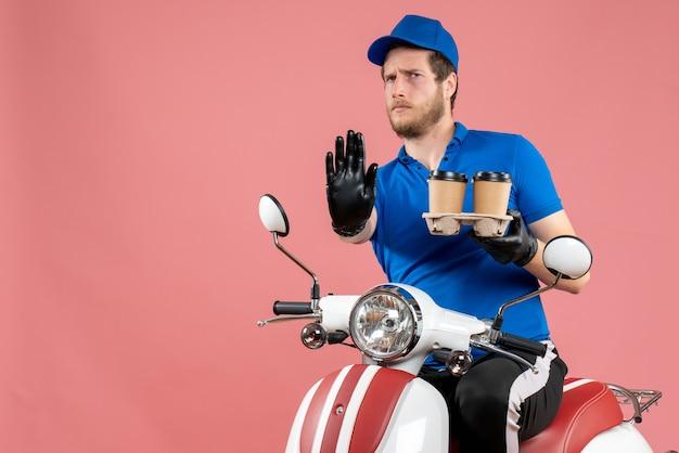自転車に座って、ピンクのコーヒー カップを保持している正面の男性宅配便