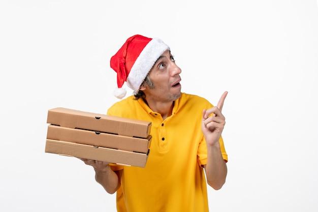 白い床の仕事の均一なサービスの配達にピザの箱が付いている正面図の男性の宅配便