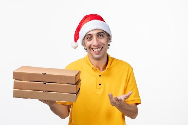 白い壁にピザの箱が付いている正面図の男性の宅配便均一なサービスの提供