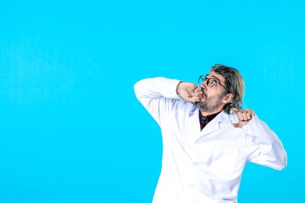 파란색에 작은 플라스크를 들고 전면 보기 남성 의사