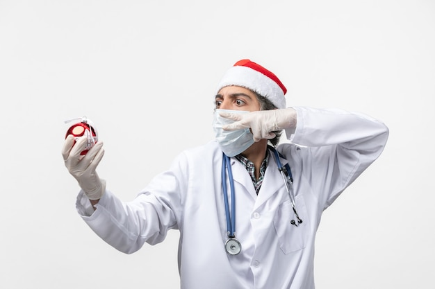 새 해 나무 장난감 건강 covid 바이러스를 들고 전면보기 남성 의사