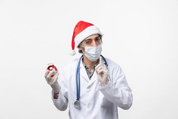 새 해 나무 장난감 바이러스 건강 covid를 들고 전면보기 남성 의사
