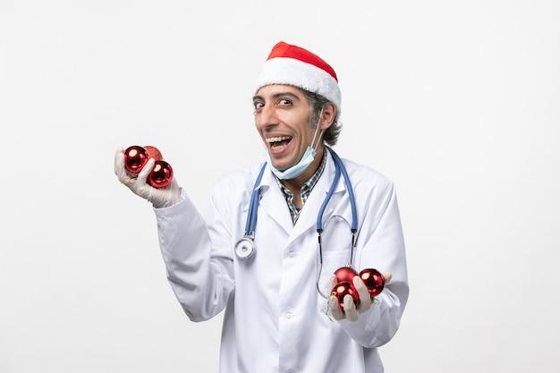 흰 벽 바이러스 covid 감정 건강에 장난감을 들고 전면보기 남성 의사