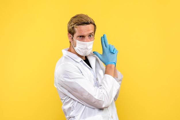黄色の背景のパンデミックメディックヘルスcovid-