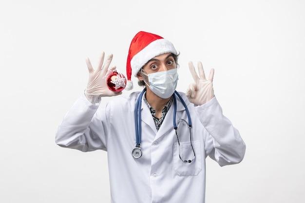 白い机の上のおもちゃでマスクの正面図男性医師健康ウイルスcovid新年