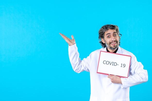 의료 제복을 입은 전면 보기 남성 의사