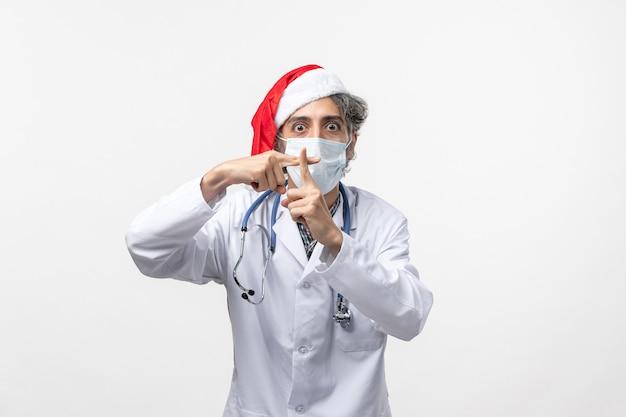 흰 벽 바이러스 covid 새해 휴일에 멸균 마스크 전면보기 남성 의사