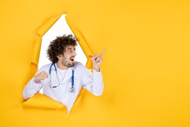 黄色の破れた健康病院の看護師の薬のウイルス色の薬の白い医療スーツの正面図男性医師