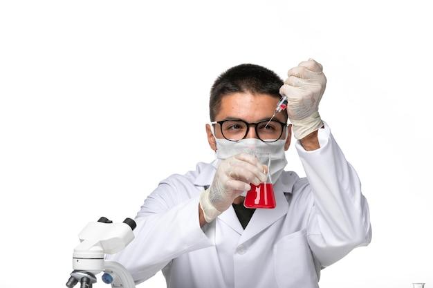 Covid 공백에 대한 솔루션 작업으로 인해 마스크와 흰색 의료 소송에서 전면보기 남성 의사