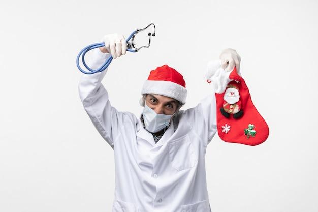 正面図男性医師が白い机の上の休日の靴下を観察ウイルスcovid休日の健康