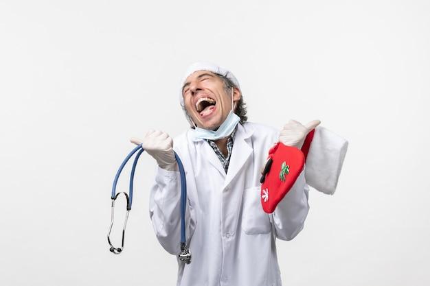 흰 벽 바이러스 covid 휴일 건강에 기뻐하는 전면보기 남성 의사