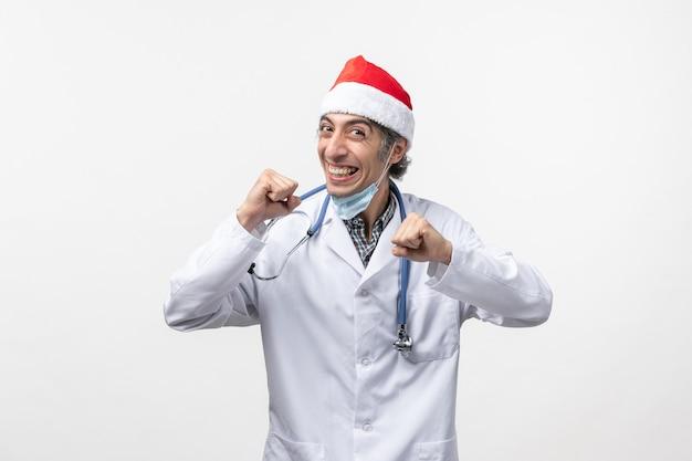 Вид спереди мужчина-врач, радующийся на белой стене, вирусный праздник, эмоции ковид Бесплатные Фотографии