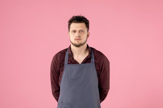 Мужской парикмахер вид спереди на розовом фоне