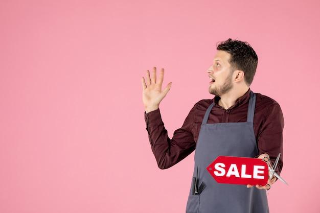 Parrucchiere maschio vista frontale con targhetta di vendita su sfondo rosa