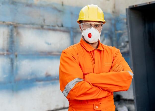 Vista frontale del lavoratore maschio con elmetto e copia spazio