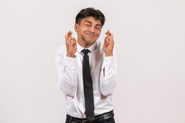 흰색 벽 작업 비즈니스 남성 작업에 그의 손가락을 교차 전면보기 남성 회사원
