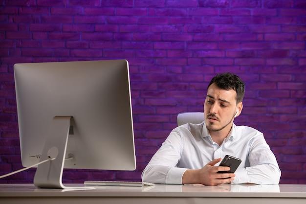 職場の後ろに座って話している正面図の男性サラリーマン