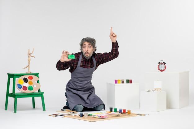 흰색 바탕에 은행 카드를 들고 있는 전면 보기 남성 화가 그림 컬러 그림 미술가 돈 작업 페인트