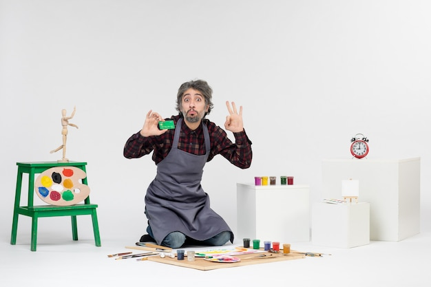 전면 보기 남성 화가 녹색 은행 카드를 들고 흰색 배경 그림 예술 그림 컬러 아티스트 직업 돈 페인트