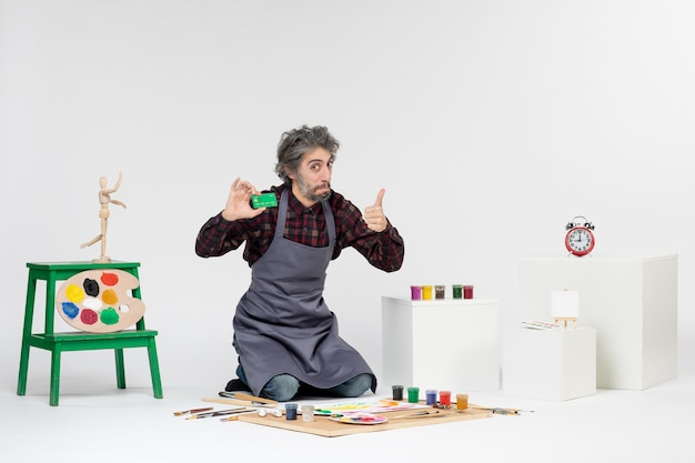 전면 보기 남성 화가 흰색 배경에 녹색 은행 카드를 들고 예술 그림 컬러 아티스트 직업 돈 페인트