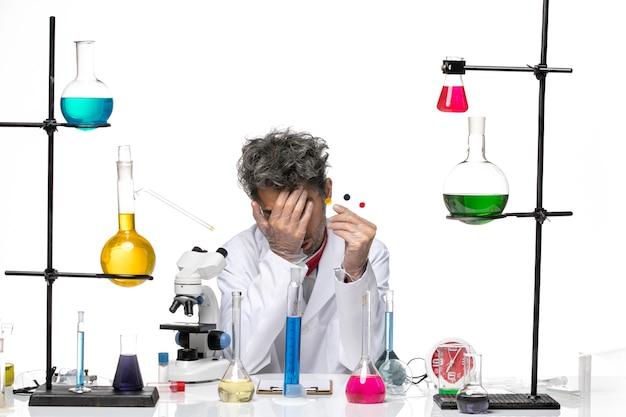 전면보기 남성 과학자 샘플을 들고 흰색 배경에 피곤한 느낌 코로나 바이러스 건강 연구소 covid-