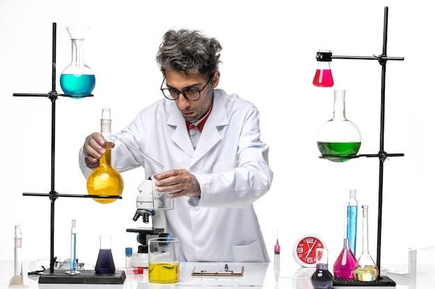 다른 솔루션을 사용하는 의료 소송에서 전면보기 남성 과학자