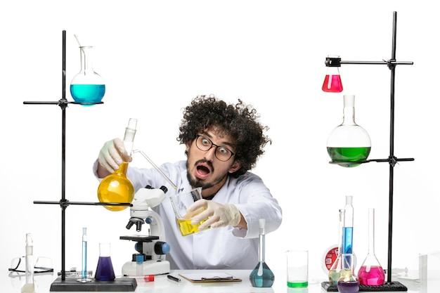 공백에 대한 솔루션 작업 의료 소송에서 전면보기 남성 과학자