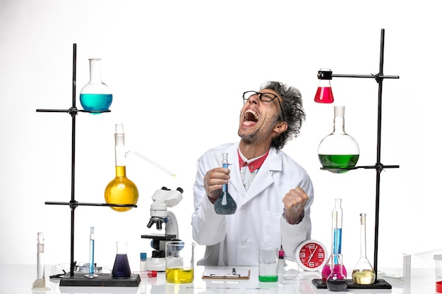기쁨 솔루션 작업 의료 소송에서 전면보기 남성 과학자