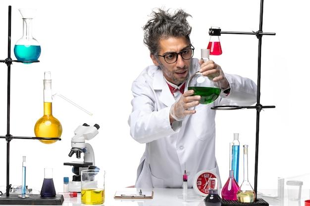 ソリューションを扱う医療スーツの正面図男性科学者