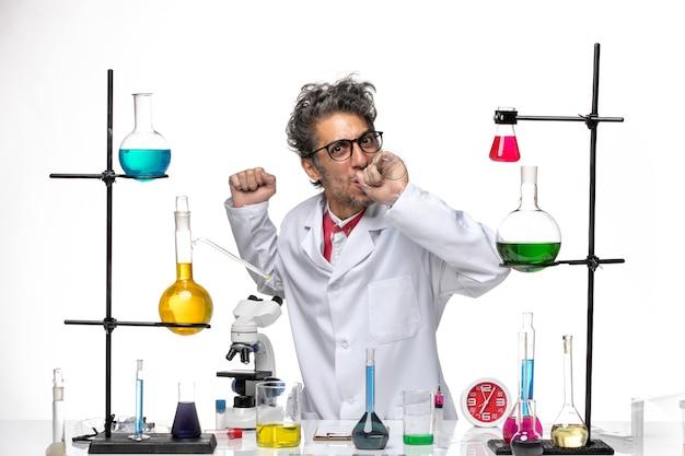 솔루션 작업 의료 소송에서 전면보기 남성 과학자
