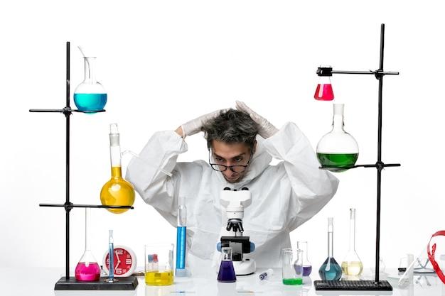 彼の髪を固定する特別な防護服を着た正面図の男性科学者