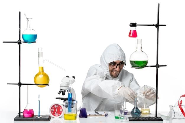 溶液とフラスコを保持している特別な防護服の正面図男性科学者