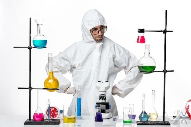 作業過程で特別な防護服を着た正面図の男性科学者