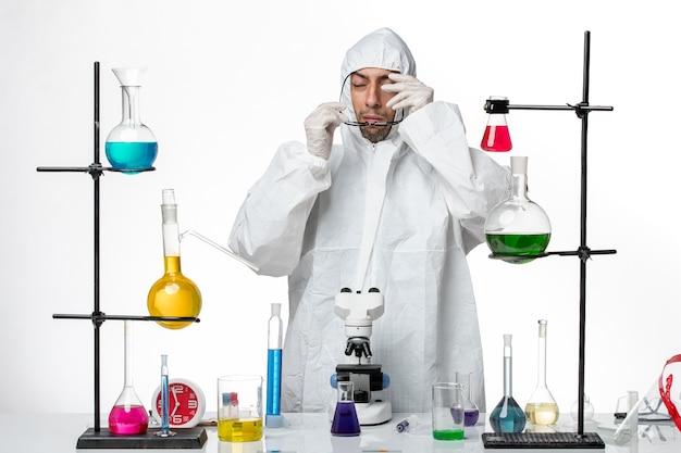 サングラスをかけた特別な防護服の正面図男性科学者
